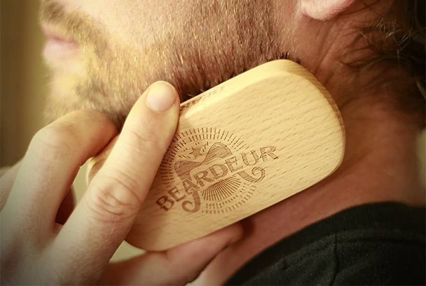 "Spazzolare la barba con la ""military brush"""